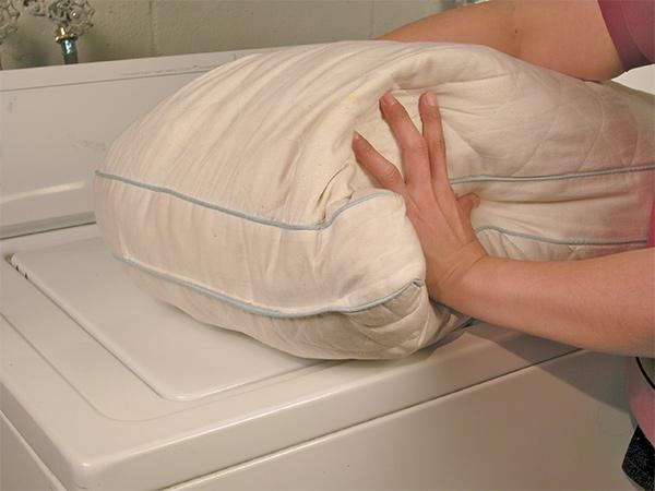 Как чистить подушки в домашних условиях