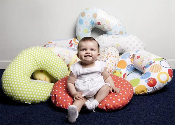Ребенок с подушками